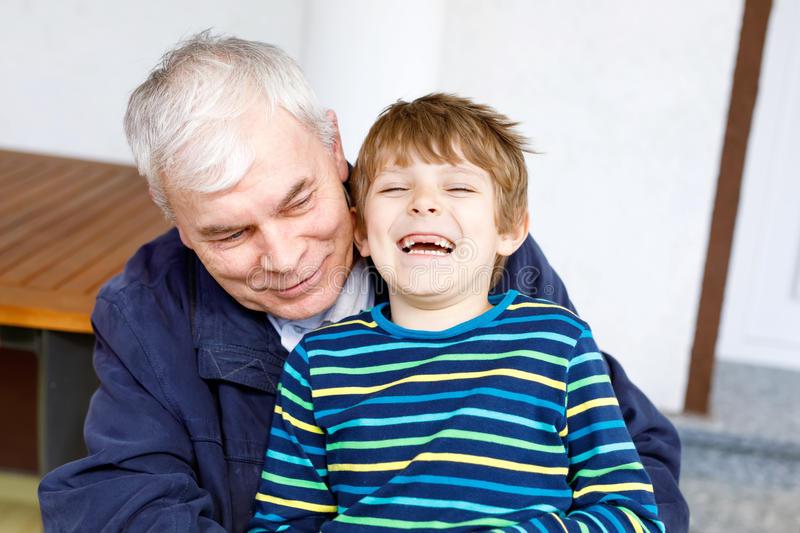 grand-père-riant-avec-son-petit-fils-comme-ils-jouent-ensemble-94307469